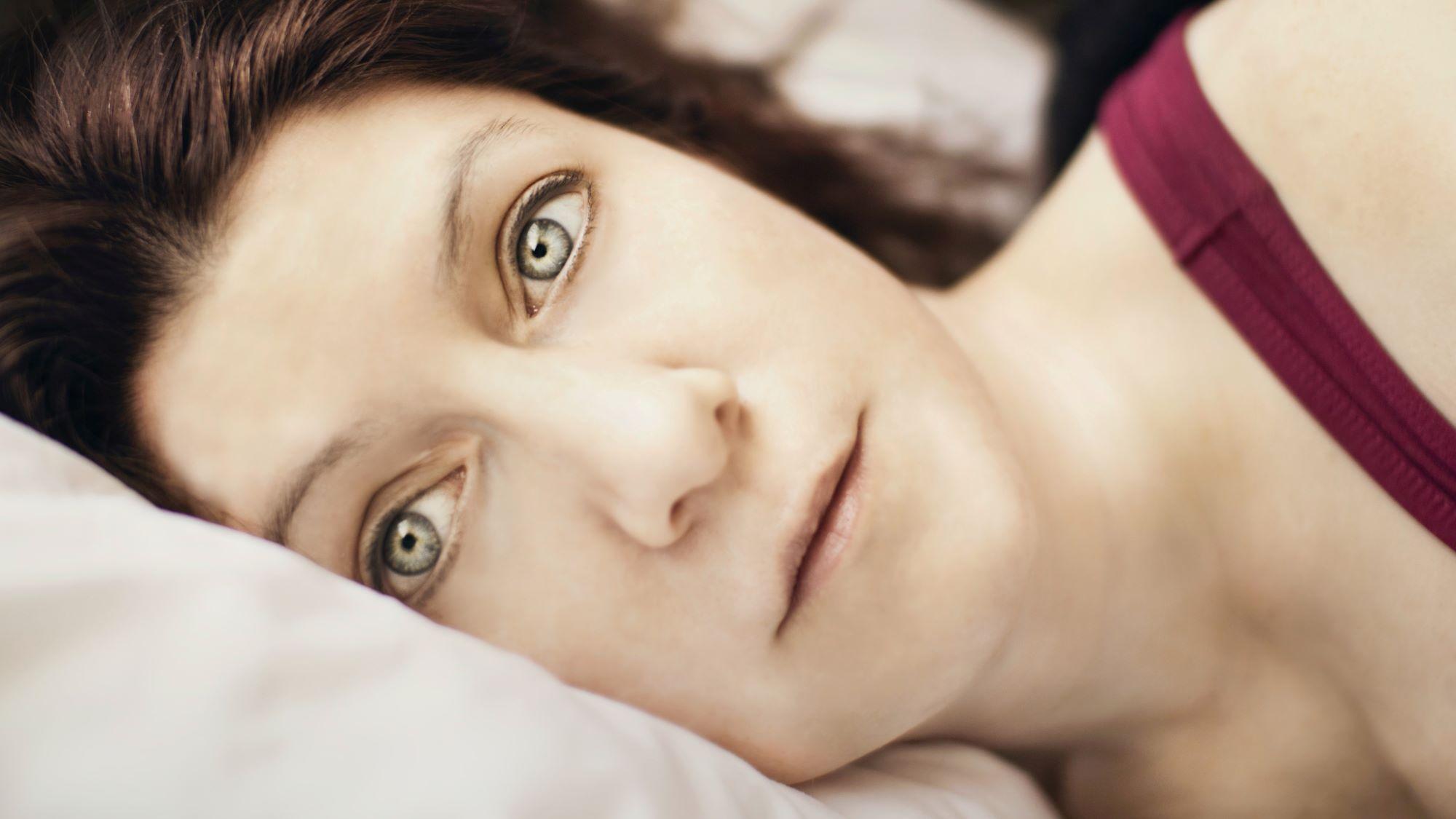 Frau liegt und blickt Einsam