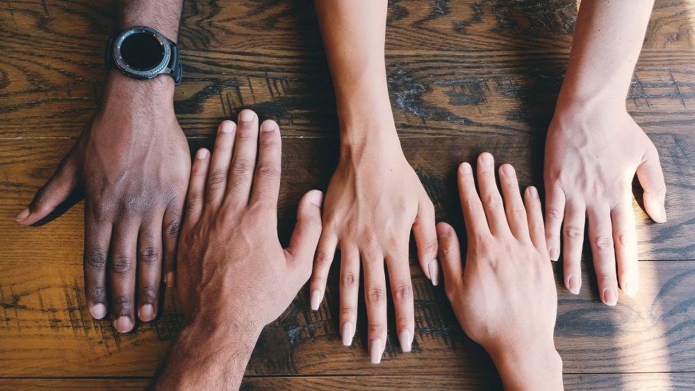 4 Hände nebeneinander