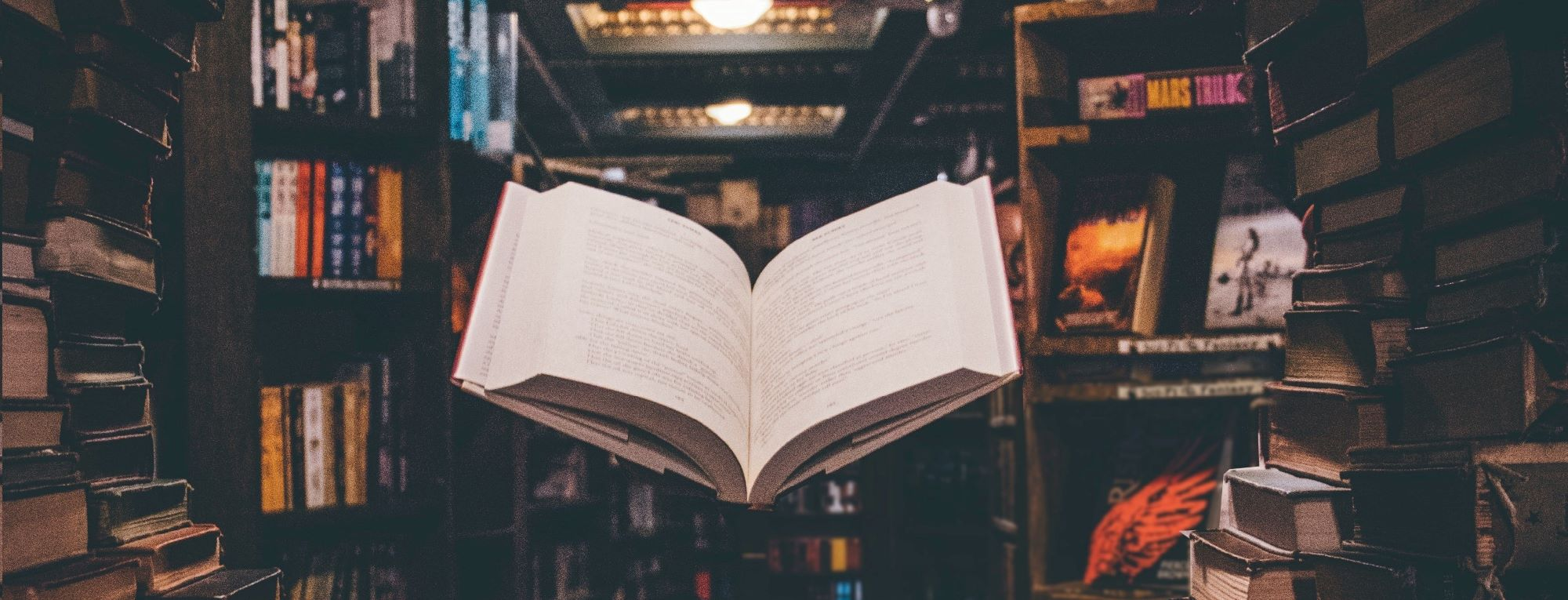 Schwebendes geöffnetes Buch