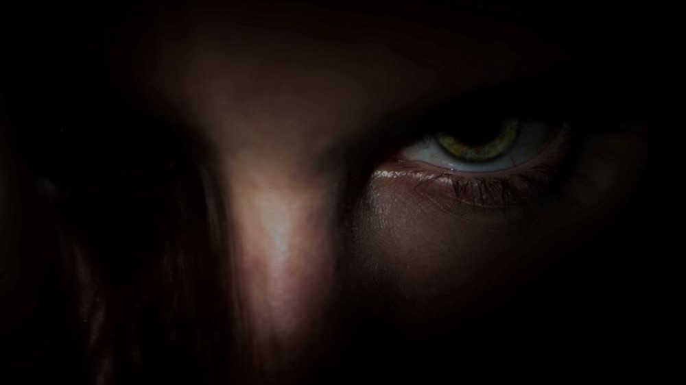 Düsteres Auge in Dunkelheit