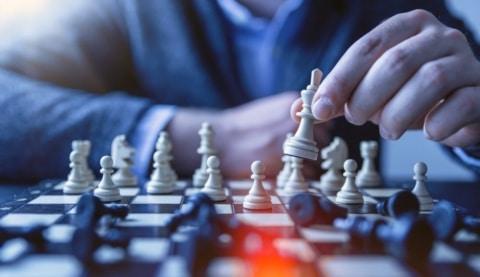 Mann macht einen Schachzug