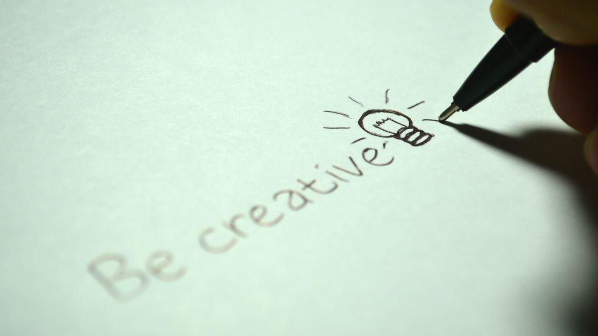 be creative wird auf weißes Papier geschrieben