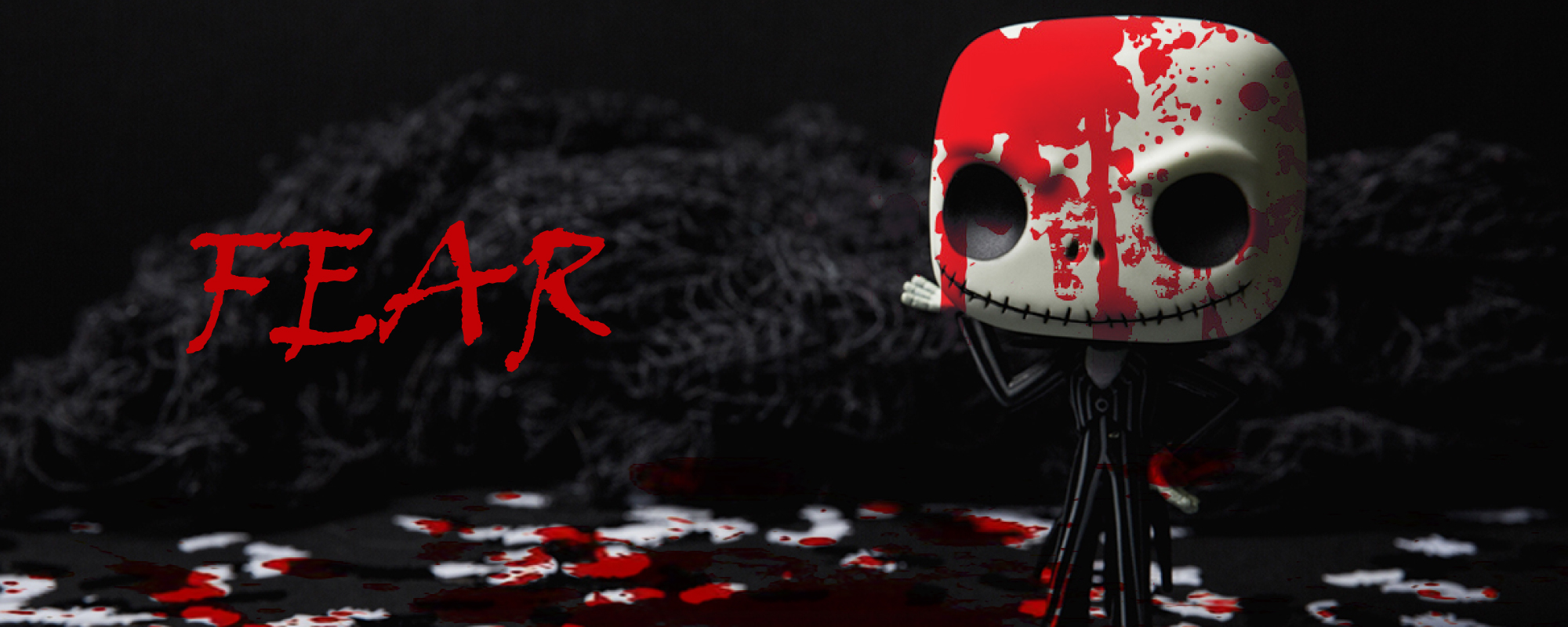 Blutige Puppe mit FEAR Schriftzug