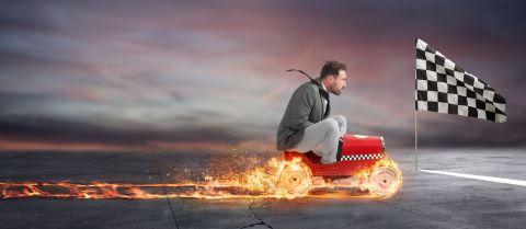 Mann auf Traktor mit brennende Reifen fährt richtung Ziel