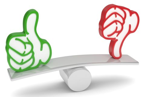 Vorteil und Nachteil als Single - Abgebildet durch ein Brett auf einer Rundung im Gleichgewicht