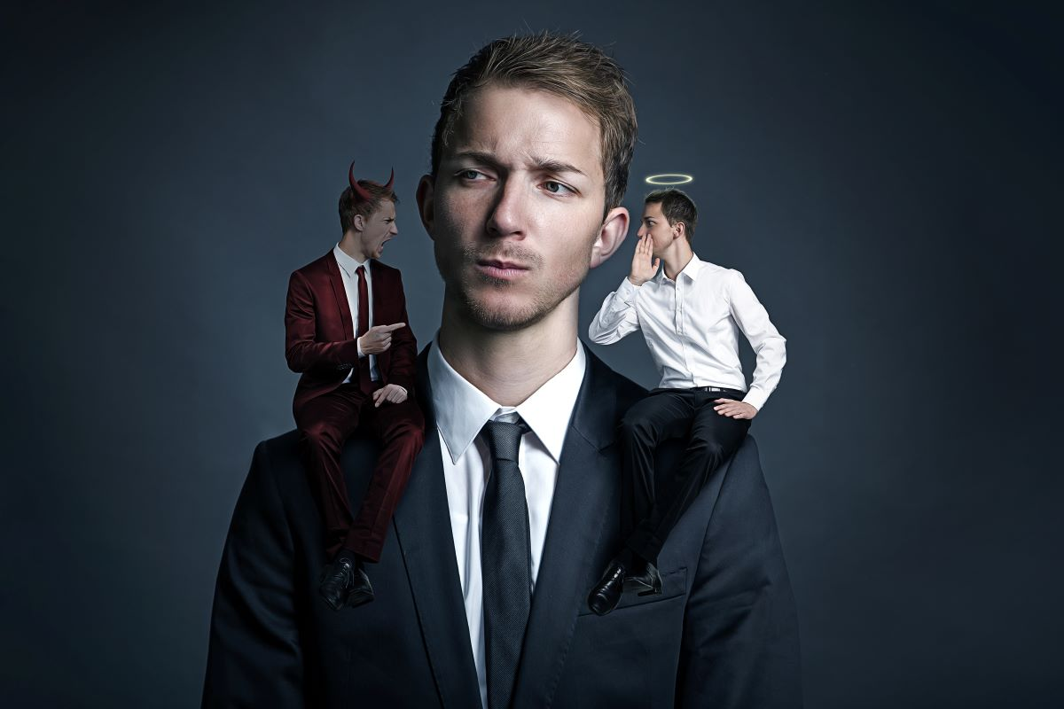 Mann mit einem Engel und Teufel auf der Schulter - Symbol für den inneren Kampf gegen die Sucht