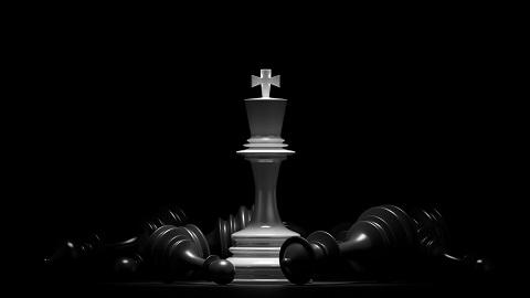Weißer König steht dominant zwischen gefallenen Schachfiguren
