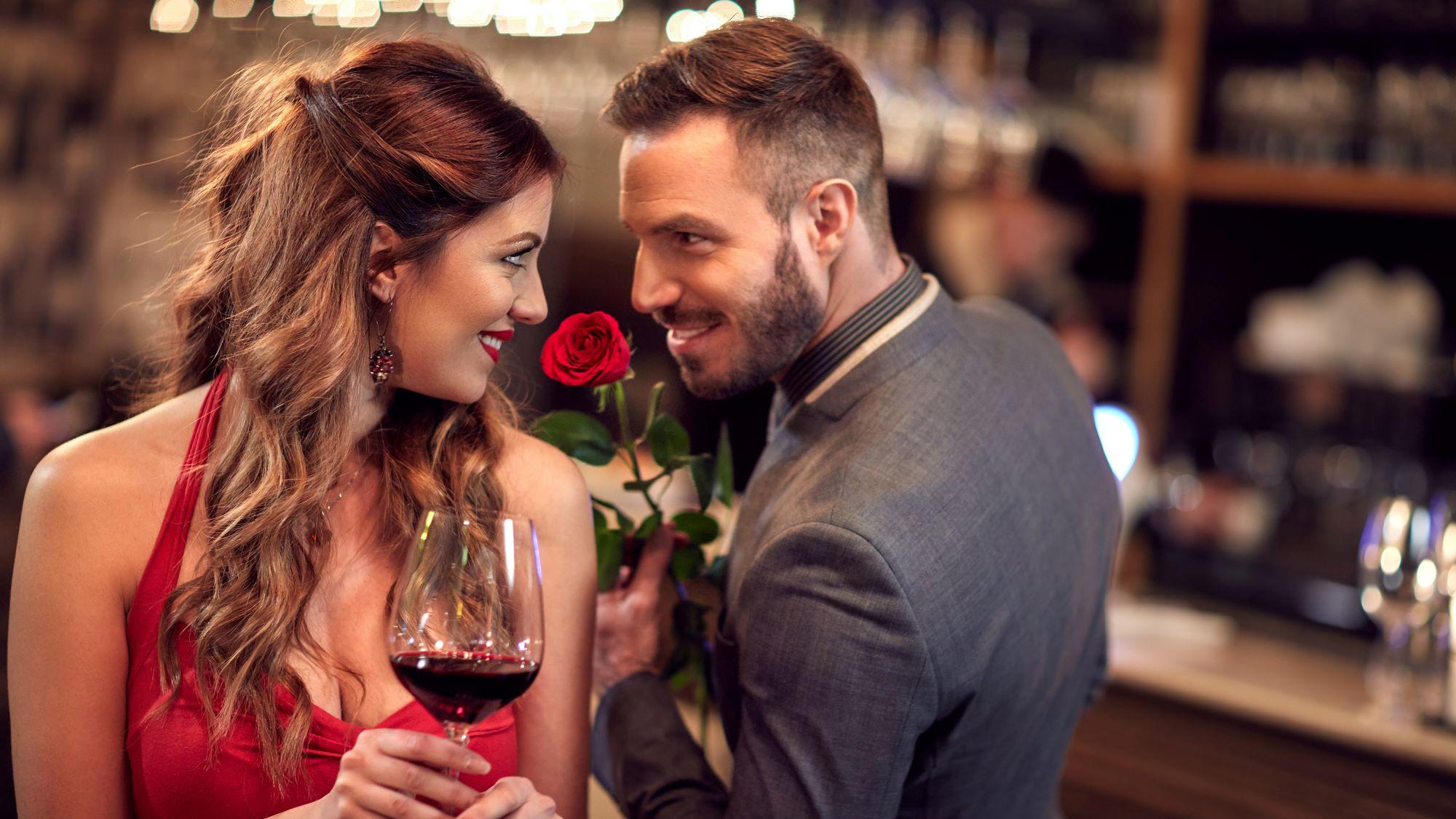 Frau und Mann in romantischer Pose am flirten