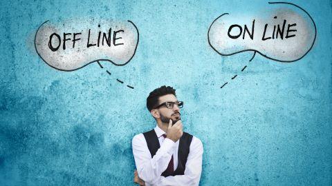 Mann überlegt mit Gedankenwolken ob Online oder Offline Flirten besser ist
