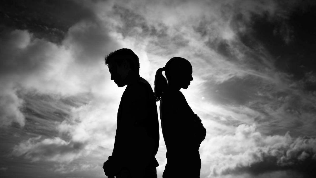 Mann und Frau mit Rücken zueinander - komplizierte Sexualität in einer Beziehung