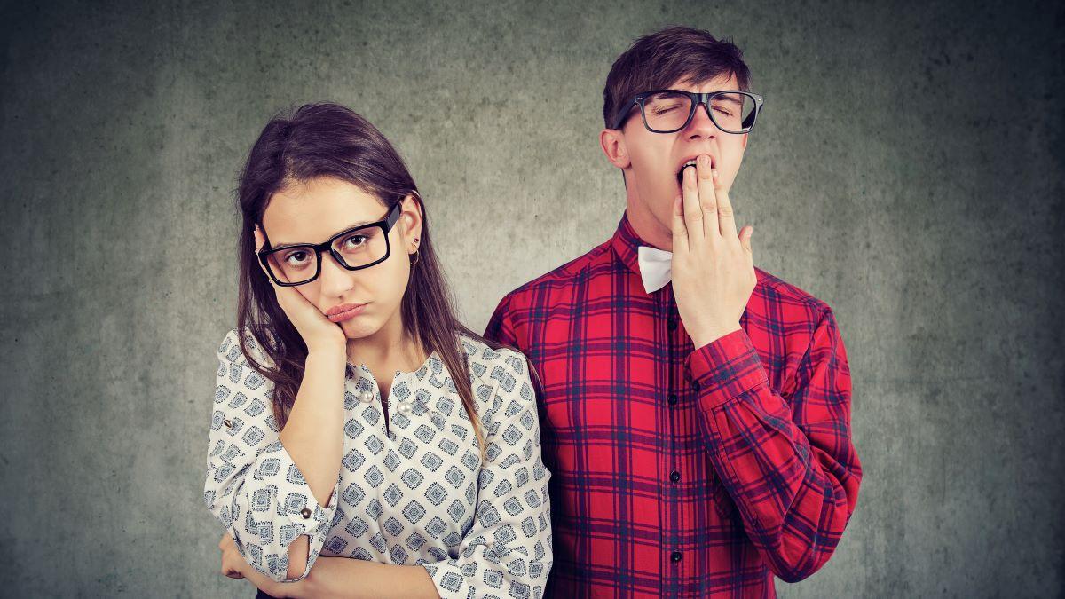 Frau und Mann ermüdet und gelangweilt in der Beziehung