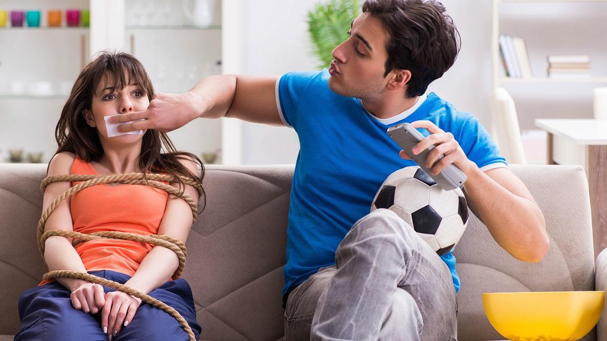 Mann klebt Frau den Mund zu