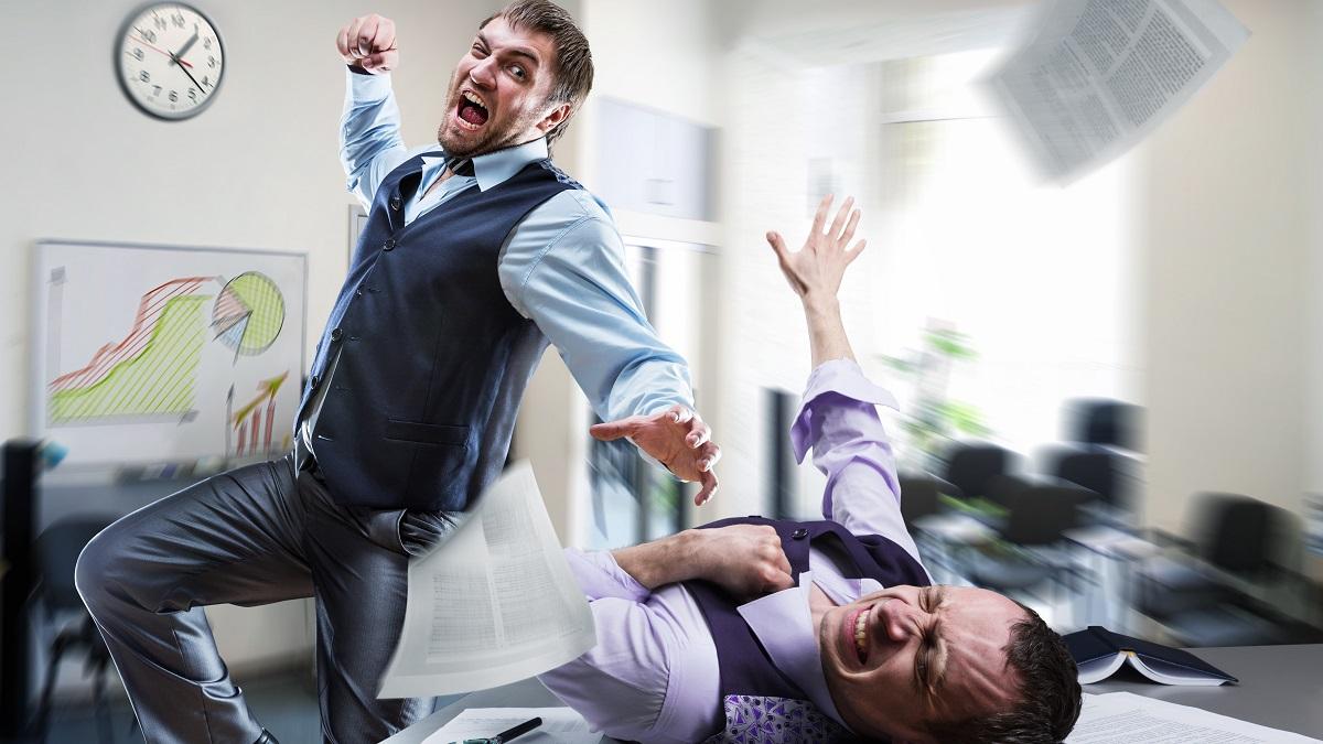 Wütender Mann verpügelt Kollegen im Büro